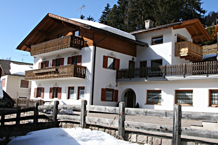 Is a private, quiet, sunny position, with view Sassolungo.