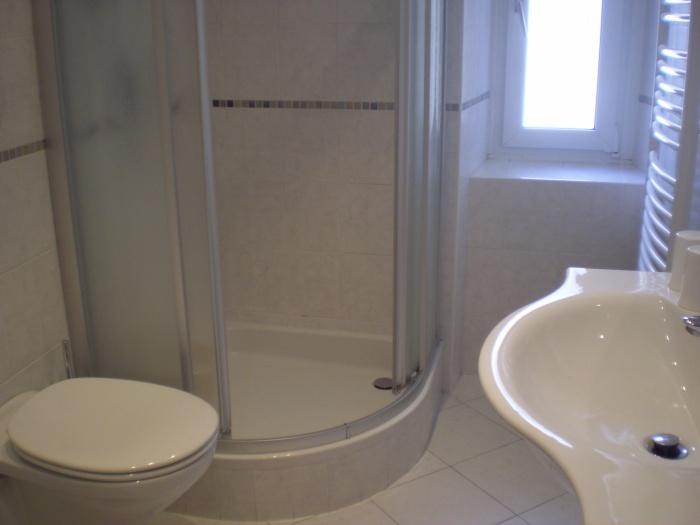 Stanze Da Bagno Piccole : Piccole finestre nella stanza da bagno u foto stock intsysd