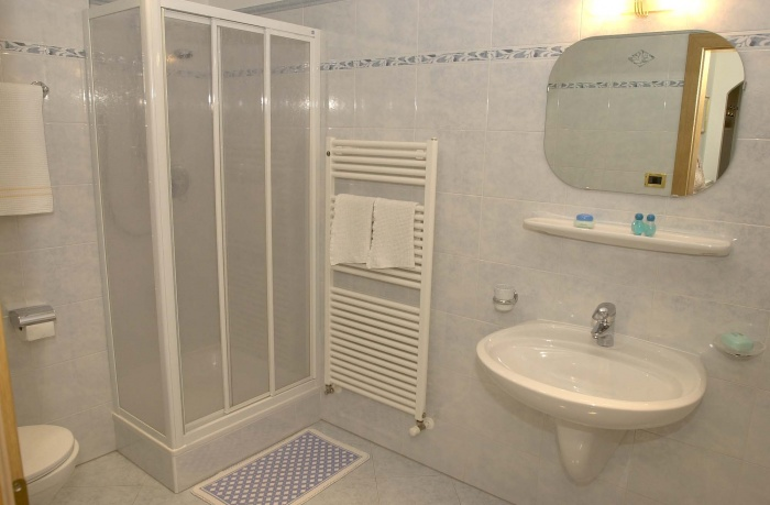 Bathroom with shower, wc, bidet and underfloor heating.